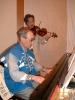 Katsuki san, JA6EV, mit seiner Geige / Yashonari san, JA0AW, begleitete am Klavier